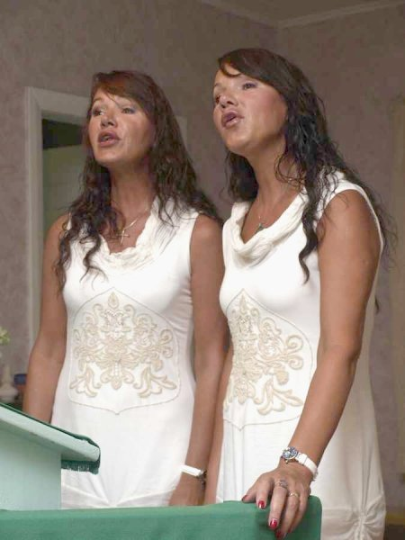 Laulavad Viivi ja Siiri